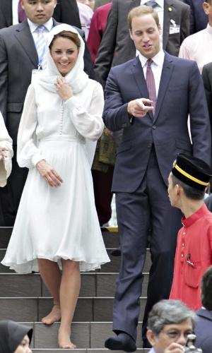 14.set.2012 - Descalços, o príncipe William e sua esposa, Kate Middleton, visitam mesquisa em Kuala Lumpur, na Malásia, nesta sexta-feira (14), como parte de uma viagem de nove dias que o casal faz à Ásia e ao Pacífico em comemoração ao Jubileu de Diamante da Rainda Elizabeth 2ª