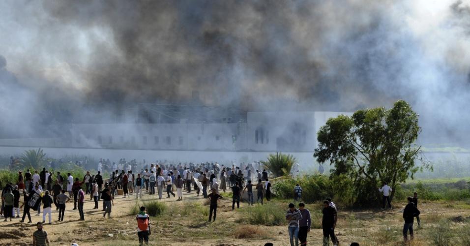 14.set.2012 - Embaixada dos EUA em Túnis, na Tunísia, pega fogo depois de ser atacada com bombas por manifestantes