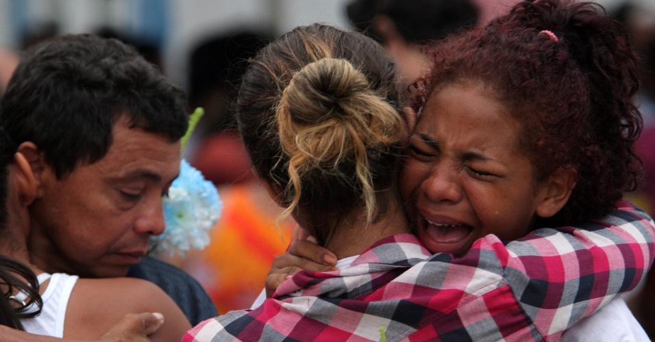 14.set.2012 - Familiares de José Aldeci se emocionam durante o sepultamento do rapaz, nesta sexta-feira, no Cemitério de Olinda, em Nilópolis (RJ). O corpo do jovem, morto por traficantes da Chatuba, foi achado no campo de Gericinó, pertencente ao Exército brasileiro