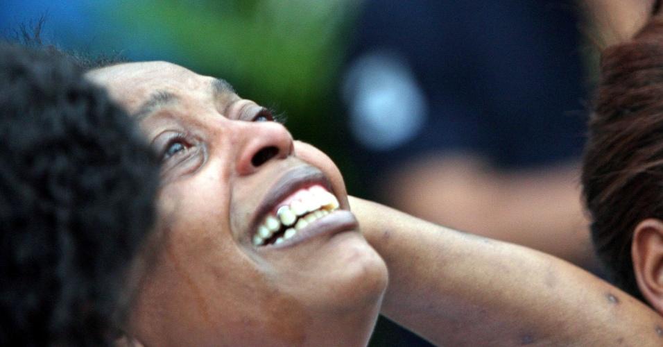 14.set.2012 - Familiares de José Aldeci se emocionam durante o sepultamento do rapaz, nesta sexta-feira, no Cemitério de Olinda, em Nilópolis (RJ). O corpo do jovem, morto por traficantes da favela da Chatuba, foi achado no campo de Gericinó, pertencente ao Exército brasileiro