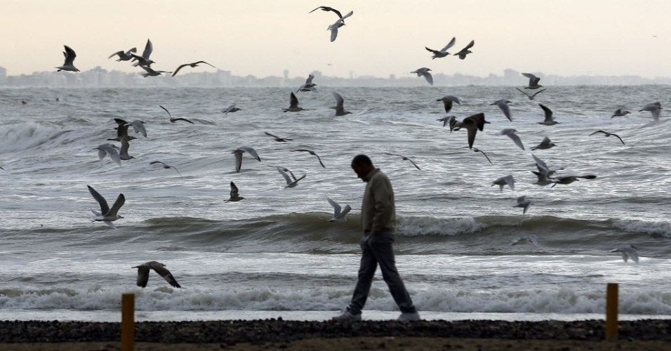 14.set.2012 - Homem aproveita o final de tarde na praia de Gabicce, na Itália, nesta sexta-feira