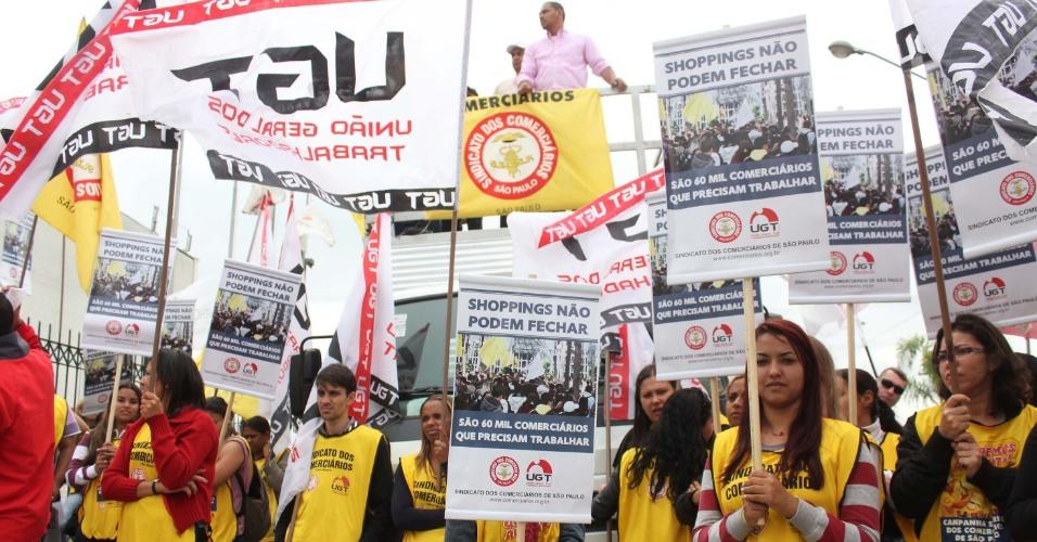 14.set.2012 - Manifestantes ligados à UGT (União Geral dos Trabalhadores) protestam contra o fechamento do Shopping Continental, no Jaguaré, zona oeste de São Paulo