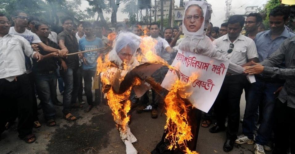 14.set.2012 - Manifestantes queimam imagens do primeiro ministro indiano, Manmohan Singh, e do ministro do petróleo, Jaipal Reddy, em protesto nesta sexta-feira (14), em Guwahti. Eles são contra o aumento do preço do diesel no país