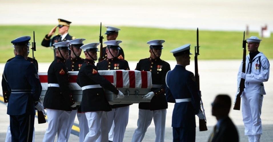 14.set.2012 - O corpo de Christopher Stevens,  embaixador dos Estados Unidos na Líbia, chega para cerimônia na  Base Aérea de Andrews, em Maryland, arredores da capital americana, informou a Casa Branca em comunicado. Stevens morreu durante ataque de manifestantes armados no consulado americano na Líbia