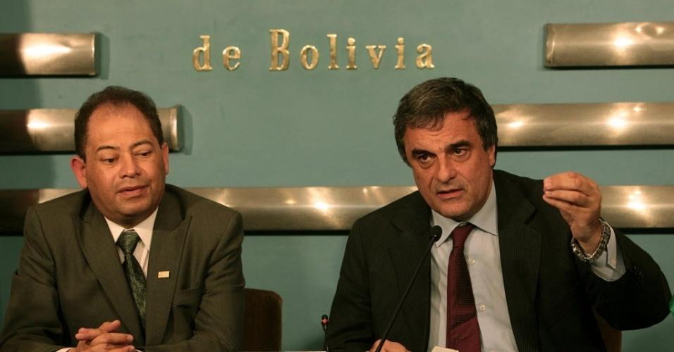 14.set.2012 - Os ministros da Justiça do Brasil, José Eduardo Cardozo (à direita), e da Bolívia, Carlos Romero (à esquerda), anunciaram nesta quinta-feira (13) um acordo entre os dois países que prevê a doação de quatro helicópteros para a Bolívia, além da cooperação no combate ao narcotráfico