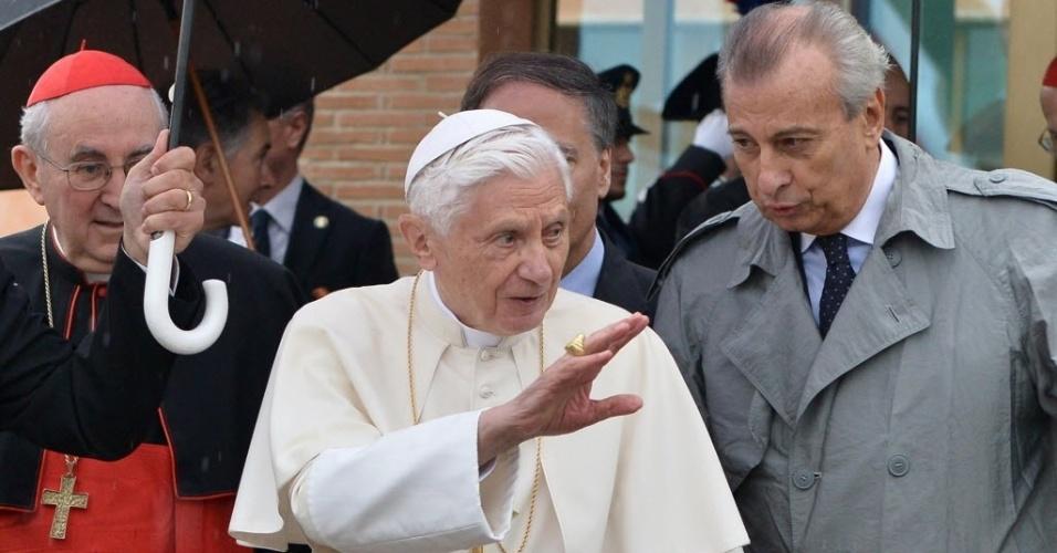 14.set.2012 - Papa Bento 16 acena para fiéis ao chegar ao Aeroporto Roma Ciampino nesta sexta-feira (14). Ele embarca para o Líbano para uma viagem de três dias