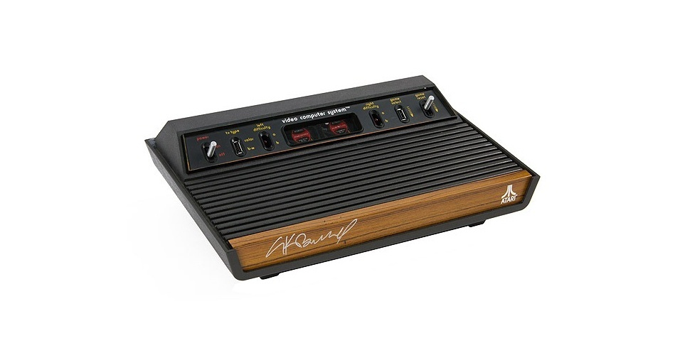 14.set.2012 - Parece um Atari 2600 de 1982, mas na verdade o gadget na foto acima é um computador. Pessoas da equipe do Internet Explorer se juntaram à do Atari para transformar o antigo console em um PC de verdade. Agora, em vez de rodar um processador MOS 6507 de 1,19 Mhz, o Atari tem um Intel Core i7 de 3,4 Ghz. Ficou ''apenas'' 22 mil vezes mais potente. Dois modelos serão sorteados, mas o Windows Team Blog não deu detalhes sobre como é possível participar