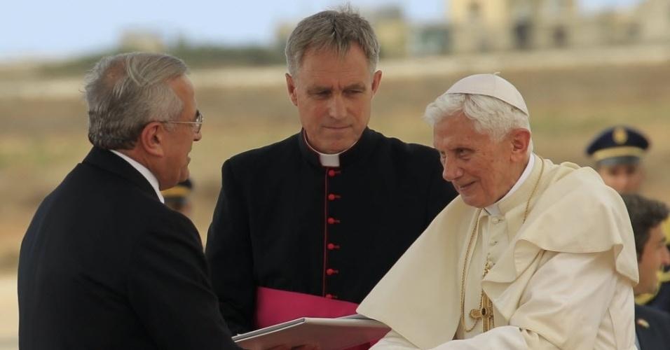 14.set.2012 - Presidente do Líbano, Michel Sleiman (esq.), recebe o papa Bento 16  no Aeroporto Internacional de Beirute, no Líbano. O líder da Igreja Católica ficará por três dias no Oriente Médio