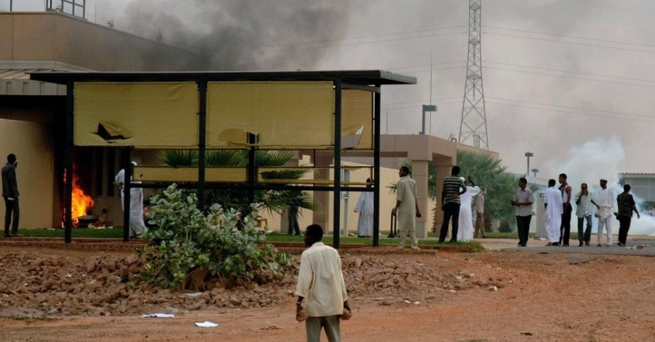 14.set.2012 - Sudaneses protestam em frente à embaixada dos Estados Unidos em Cartum contra  polêmico vídeo considerado anti-islâmico