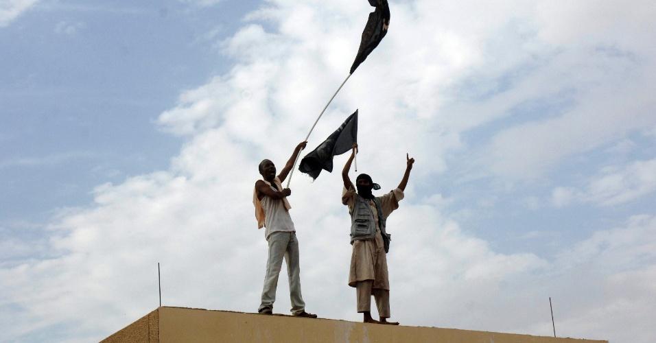 14.set.2012 - Sudaneses protestam no topo da embaixada dos Estados Unidos em Cartum contra polêmico vídeo considerado anti-islâmico