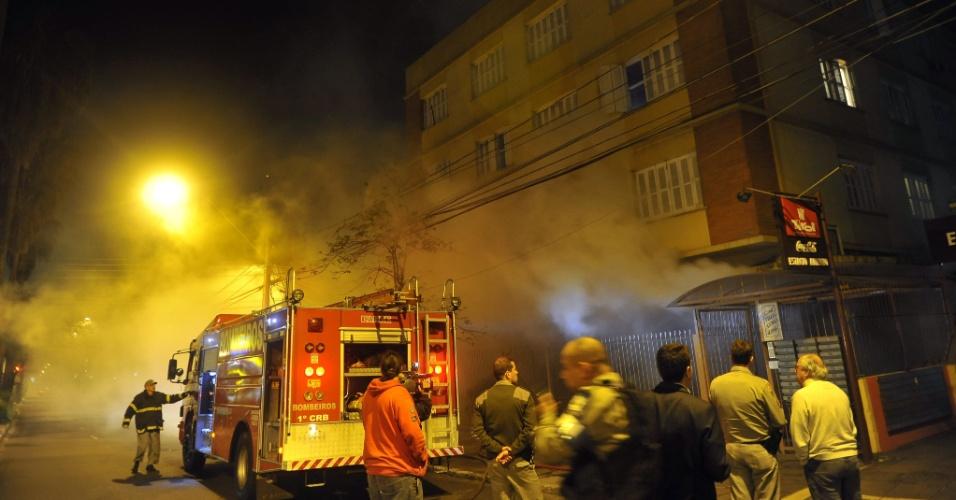 14.set.2012 - Um incêndio atingiu uma pastelaria na madrugada desta sexta-feira (14), e assustou os moradores do bairro Menino Deus, em Porto Alegre (RS). O fogo teria começado na cozinha do estabelecimento, que fica no térreo de um prédio de 22 apartamentos residenciais, após seu fechamento. Dois carros do corpo de bombeiros foram ao local para controlar as chamas e ninguém ficou ferido