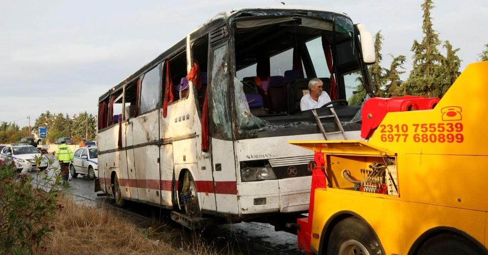 14.set.2012 - Um ônibus turístico russo sofreu um acidente nesta sexta-feira (14), em Tessalônica, na Grécia. Ao menos quatro pessoas morreram e cerca de 30 ficaram feridas