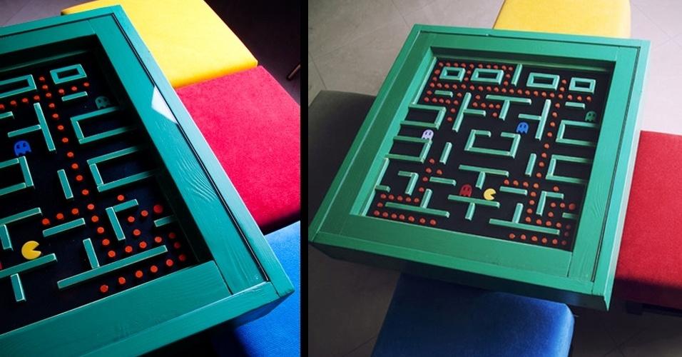 14.set.2012 -O designer Thanasis Mokas criou essa mesa de café feita em madeira inspirada no jogo Pac Man, com banquetas quadradas coloridas. O trabalho, divulgado na página do Facebook da Mokaswoodcrafting, infelizmente não teve o preço divulgado -- certamente muitos fãs do game gostariam de ter o item decorativo em casa
