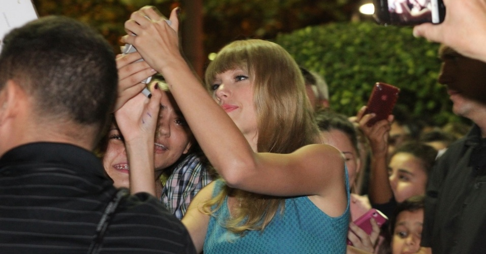 A cantora Taylor Swift distribuiu autógrafos aos fãs que estavam na porta do hotel onde está hospedada no Rio (14/9/12)