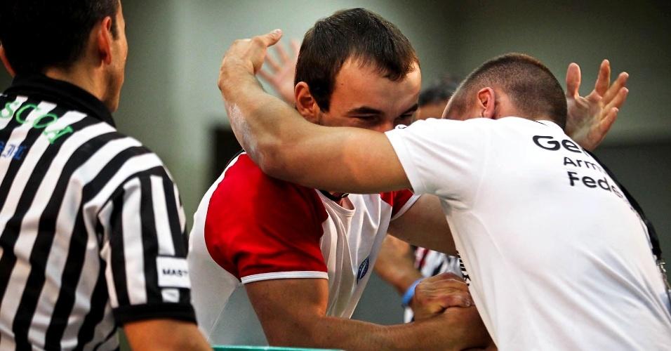 Altetas de Rússia e Alemanha se cumprimentam após duelo no Mundial de Luta de Braço de São Vicente