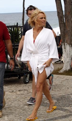 Após gravar comercial, Pamela Anderson deixa a praia da Reserva, na zona oeste do Rio (14/9/12)