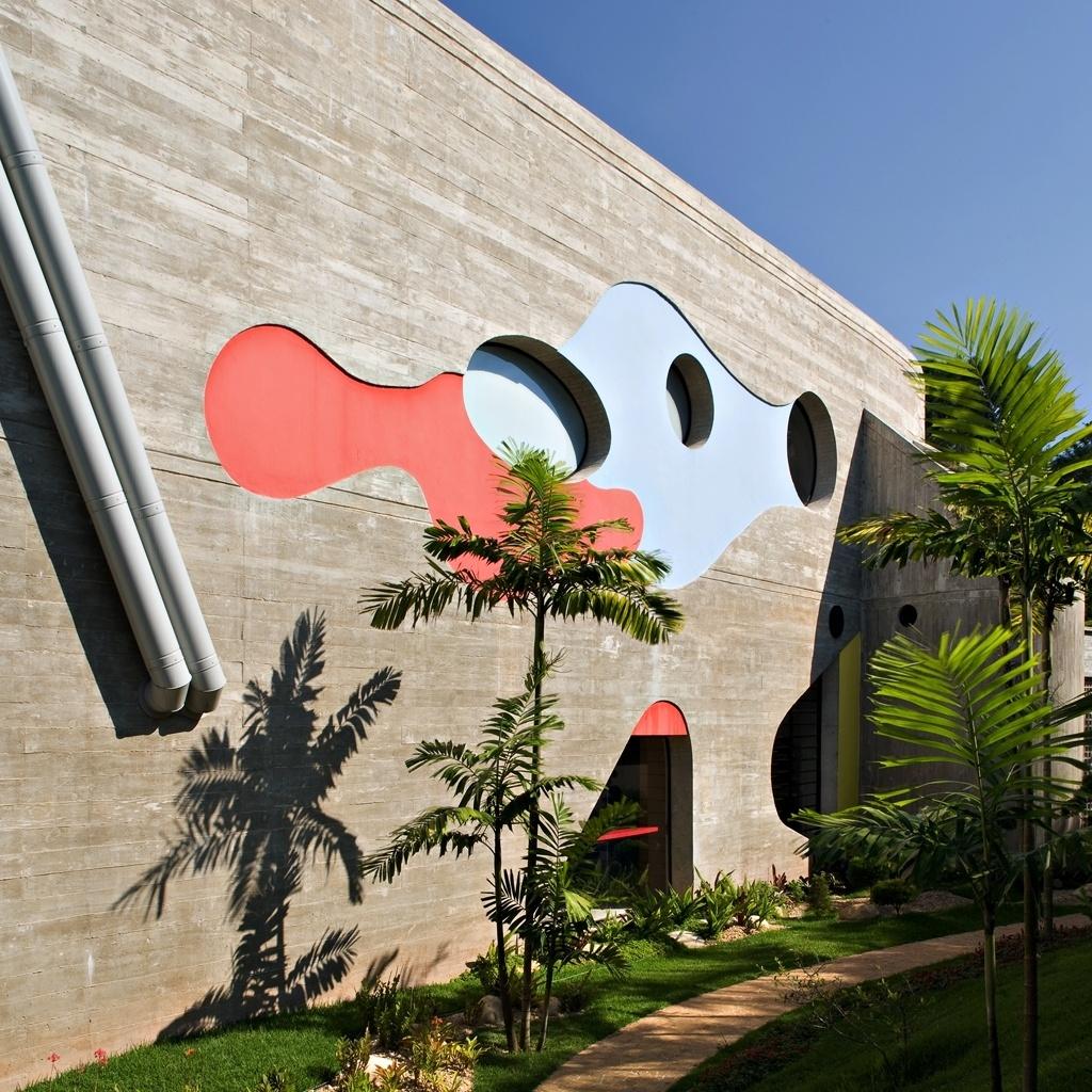 As aberturas circulares em uma das fachadas laterais aparecem envoltas em desenhos orgânicos criados pelo arquiteto Ruy Ohtake. O formato arredondado se repete na porta que acessa a saleta de almoço