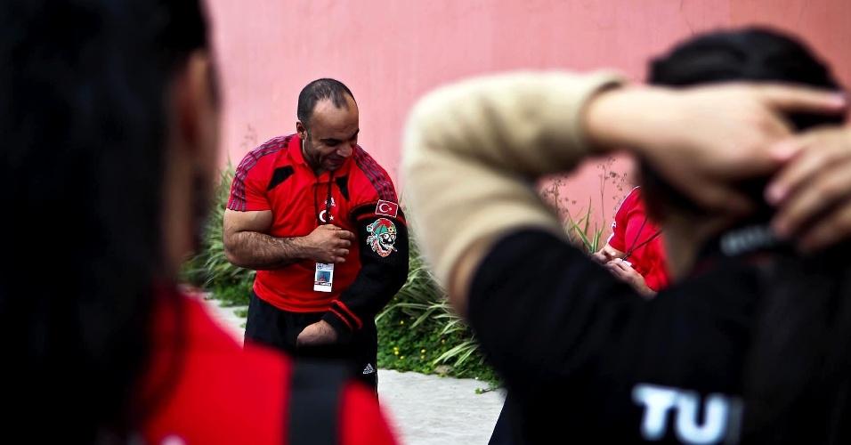 Atleta da Turquia exibe polaina com personagem e bandeira de país no Mundial de Luta de Braço em São Vicente