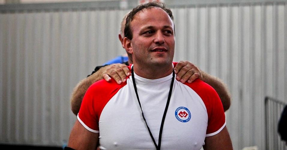 Atleta russo recebe massagem de técnico antes de competir no Mundial de Luta de Braço em São Vicente