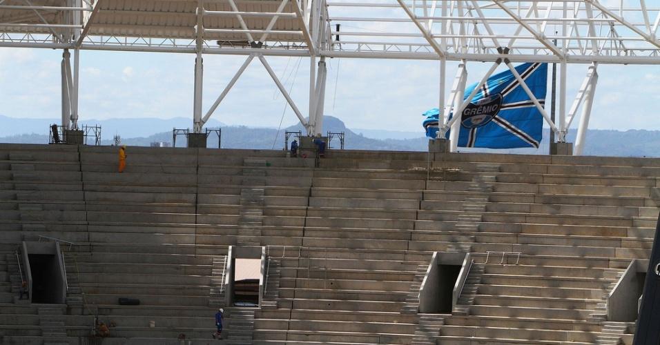 Bandeira do Grêmio exposta nas obras da Arena