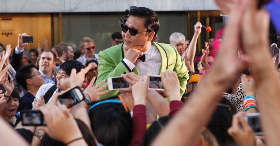 "Cantor sul-coreano Psy posa para fotos dos fãs no programa ""Today"", da NBC (14/9/12)"