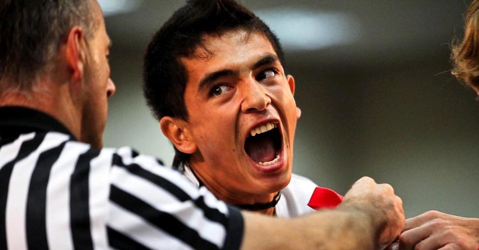 Competidor berra durante duelo no 34º Mundial de Luta de Braço em São Vicente