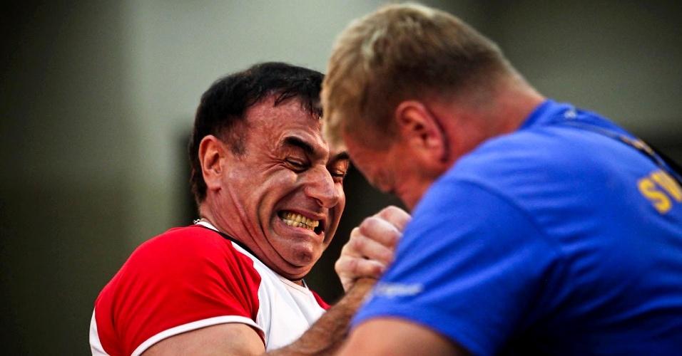 Competidor russo faz careta durante duelo no Mundial de Luta de Braço de São Vicente
