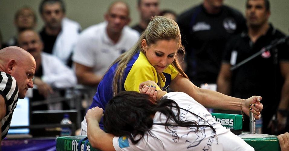 Competidora da Ucrânia durante duelo com competidora do Cazaquistão no Mundial de Luta de Braço em São Vicente