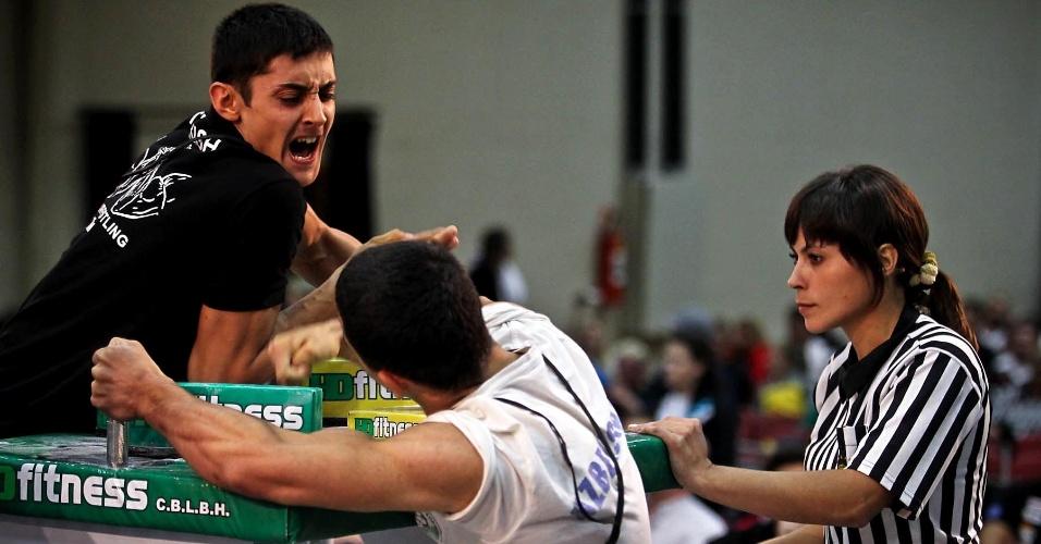 Competidores durante difícil duelo no Mundial de Luta de Braço em São Vicente