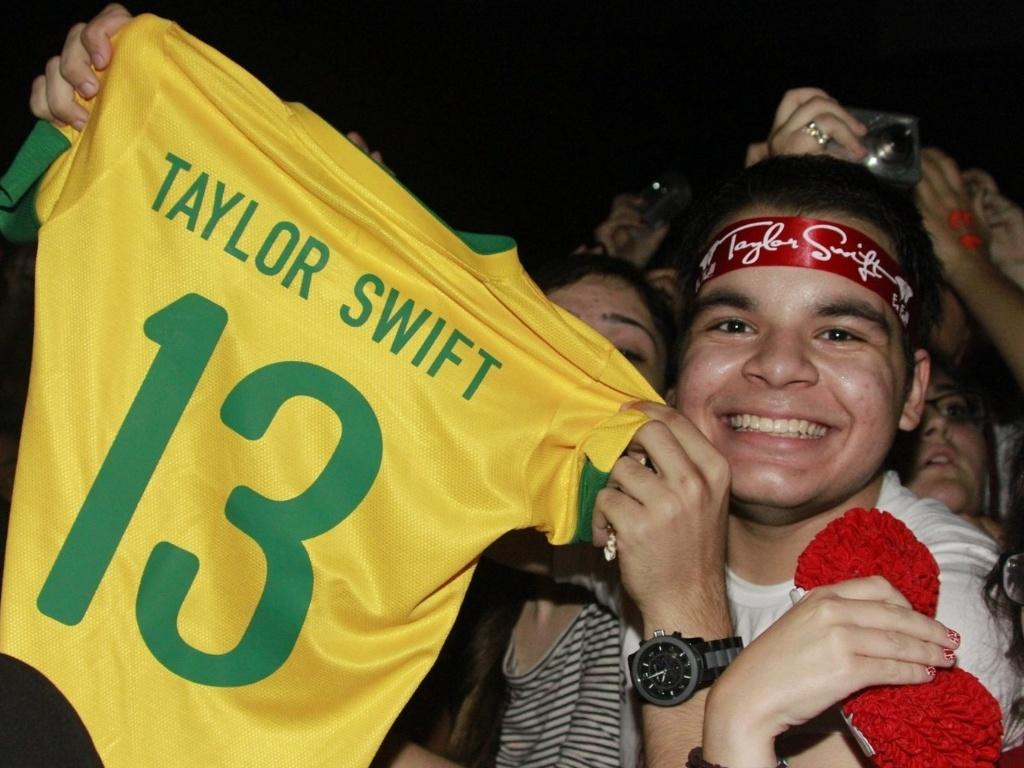 Fã homenageia a cantora Taylor Swift com camiseta customizada (13/9/12)
