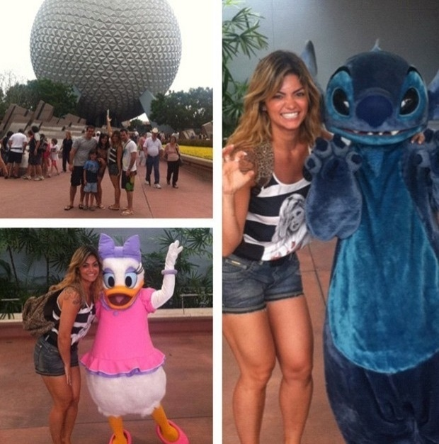 Kelly Key posa com personagens infantis em parque da Disney (14/9/12)