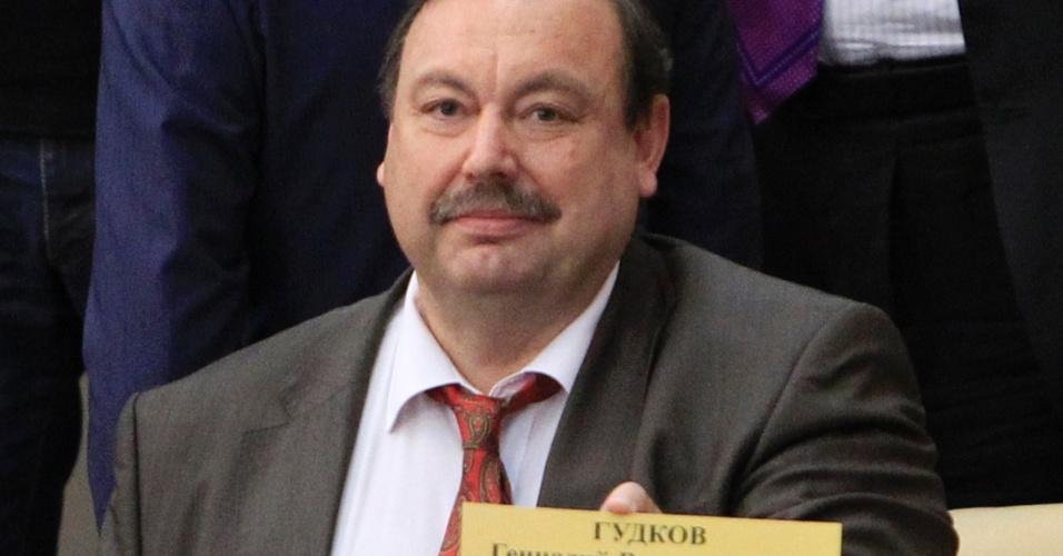 O deputado Gennady Gudkov mostra a placa com seu nome após a sessão que definiu a sua expulsão da Câmara, nesta sexta-feira (14), por ter irritado o Kremlin com suas críticas ao governo russo
