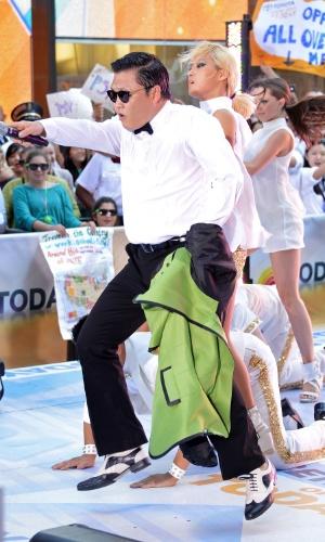 """O sul-coreano Psy tira o paletó enquano dança o hit """"Gangnam Style"""" no programa """"Today"""", da NBC (14/9/12)"""