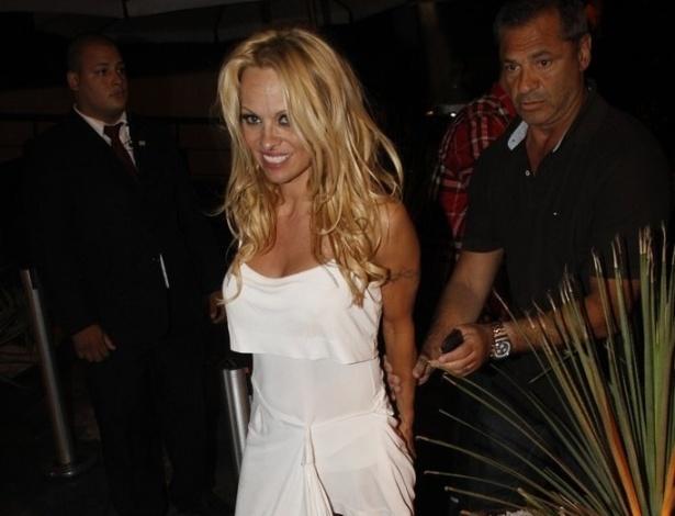 Pamela Anderson em Boate Miroar na Lagoa no Rio de Janeiro (13/9/12)
