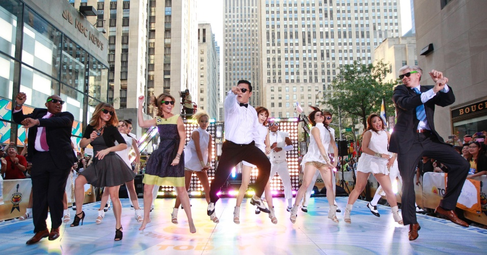"Psy dança o hit ""Gangnam Style"" com Al Roker, Natalie Morales, Savannah Guthrie and David Gregory, apresentadores do programa ""Today"" (14/9/12)"
