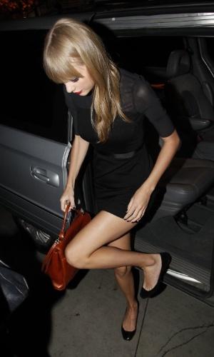 Taylor Swift chega à restaurante na Barra da Tijuca, Rio de Janeiro, para jantar com Paula Fernandes (13/9/12)