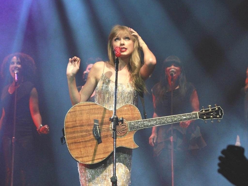 A cantora foi eleita Mulher do Ano pela revista Billboard e vendeu mais de 22 milhões de álbuns (13/9/12)