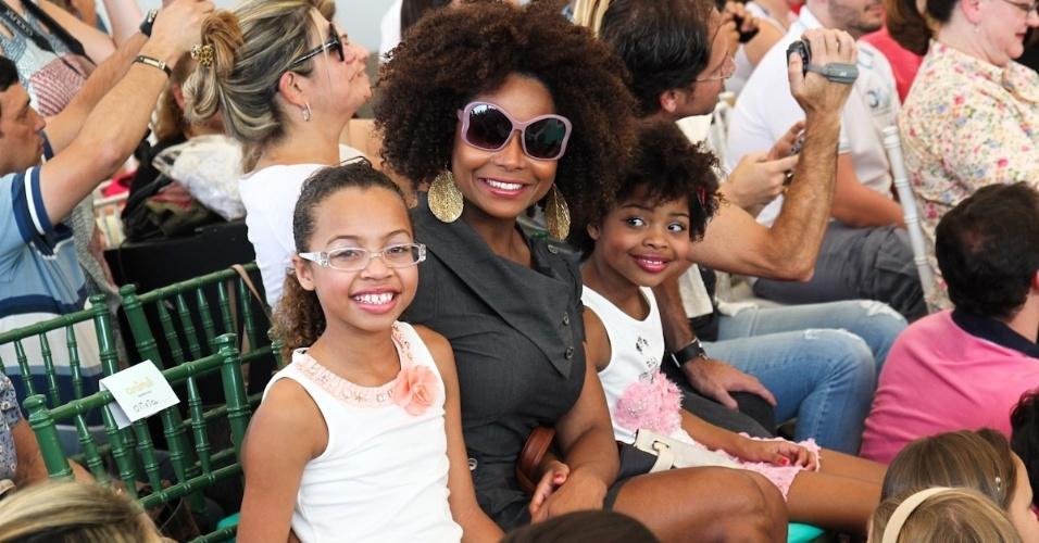 Adriana Bombom assiste os desfiles da Fashion Weekend Kids com as filhas, em São Paulo (15/9/12)