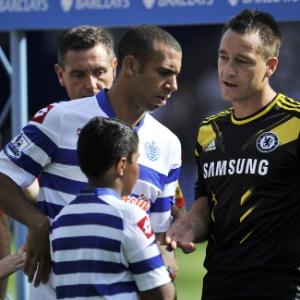 Anton Ferdinand (esq.) tirou a mão na hora de cumprimentar o zagueiro do Chelsea