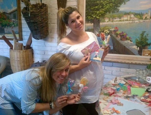 """Dani Souza publicou uma foto das lembrancinhas que entregará na maternidade em comemoração ao nascimento de seu primeiro filho, fruto do relacionamento com o jogador Dentinho. """"Falta 5 dias para a chegada de Bruno Lucas"""", escreveu a modelo"""