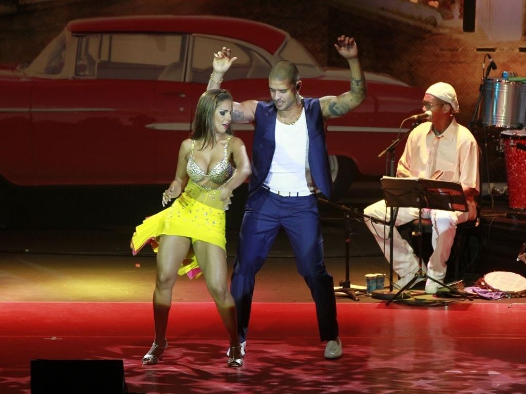 Diogo Nogueira improvisa passos de salsa com dançarina em show em São Paulo (14/9/12)