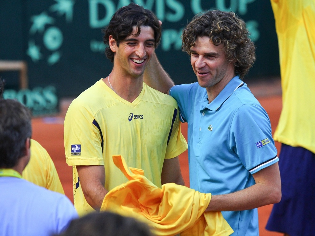 Gustavo Kuerten cumprimenta Thomaz Bellucci aps vitria do Brasil sobre a Rssia na Davis