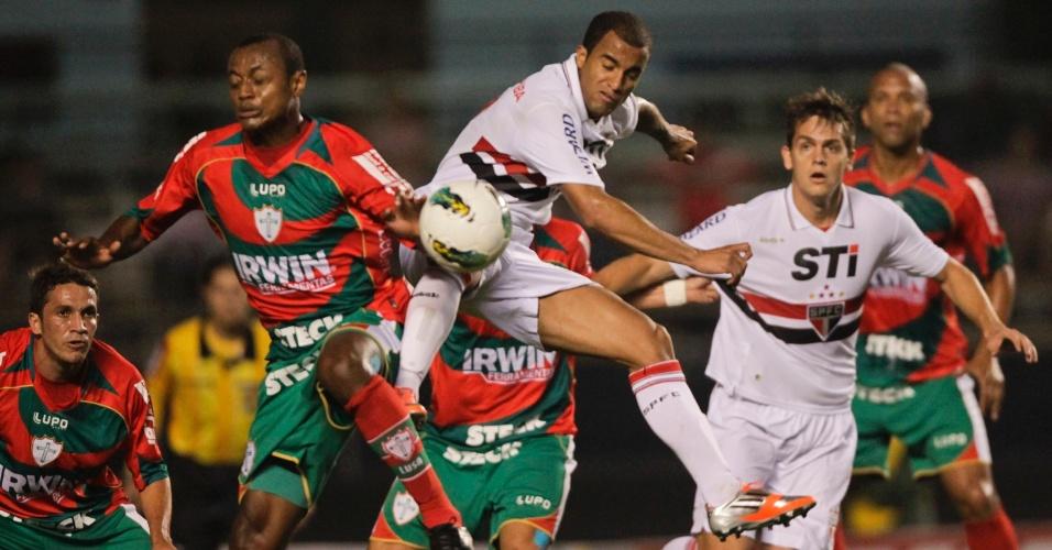 Lucas pula em dividida de bola durante partida contra a Portuguesa no Morumbi