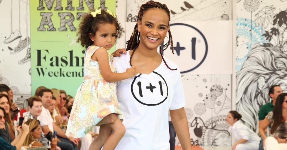 A cantora Luciana Mello desfila com a filha na Fashion Weekend Kids, em São Paulo (15/9/12)