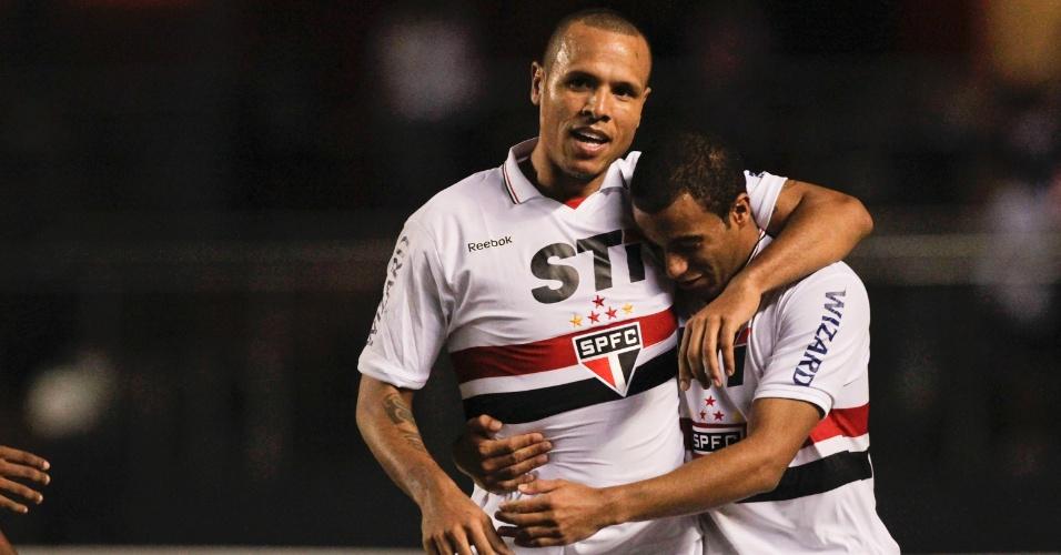 Luis Fabiano comemora com Lucas gol marcado na vitória sobre a Portuguesa no Morumbi, o terceiro do São Paulo