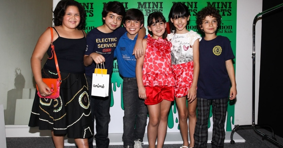 O elenco da novela Carrossel posa para fotos na Fashion Kids (15/9/12)