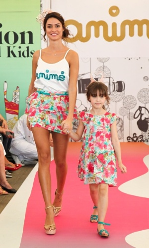 Thaila Ayala desfila para grife infantil na Fashion Weekend Kids, em São Paulo (15/9/12)