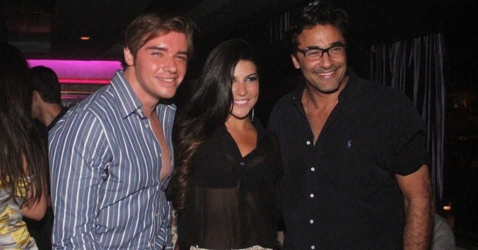 Thor Batista, Carla Prata e Luciano Szafir vão ao aniversário da dançarina Thabata na boate Miroir na Lagoa Rodrigo de Freitas, Rio de Janeiro (14/9/12)