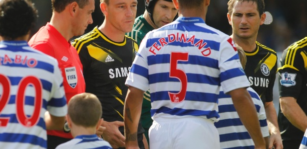 Terry olha e estende a mão para Anton Ferdinand, que o ignora no reencontro