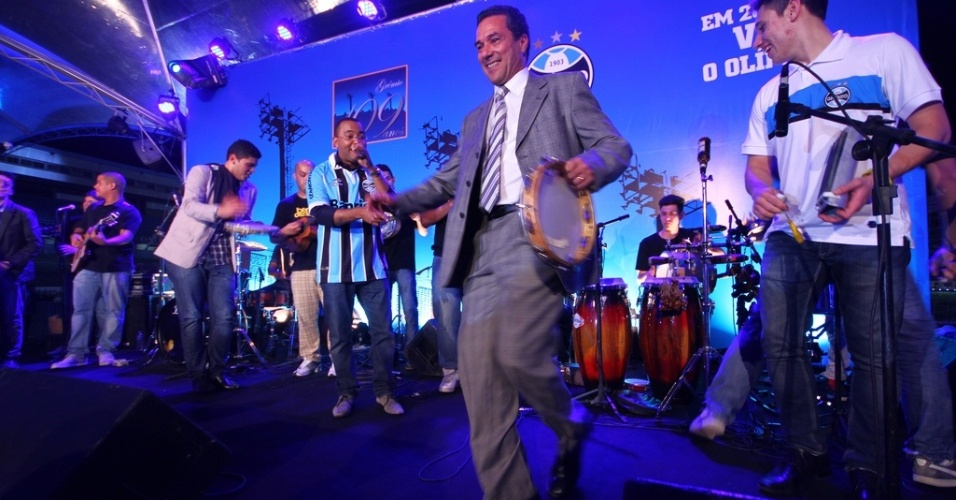 Vanderlei Luxemburgo se empolga e sobe ao palco no aniversário do Grêmio